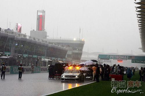 图文:F1马来西亚大奖赛 大雨中的安全车