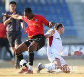 图文:[中超]长春2-0成都 迪马尔防守