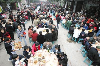 昨日,璧山八塘镇,家族宴现场蔚为壮观  记者 龙在全 摄