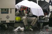 图文:F1马来西亚大奖赛 巴里切罗躲雨
