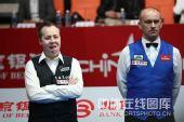 图文:中国公开赛决赛颁奖礼 两个人站在一起