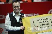 图文:中国公开赛决赛颁奖礼 希金斯喜不自禁