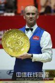图文:中国公开赛决赛颁奖礼 艾伯顿怀捧奖盘