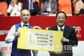 图文:中国公开赛决赛颁奖礼 艾伯顿抿嘴微笑