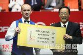 图文:中国公开赛决赛颁奖礼 艾伯顿捧起证书