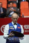 图文:中国公开赛决赛颁奖礼 艾伯顿看着奖盘