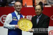 图文:中国公开赛决赛颁奖礼 艾伯顿获颁奖盘