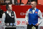 图文:中国公开赛决赛颁奖礼 两个人相视而笑