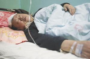 两名伤者在医院接受治疗本组图片 记者 王振东 李杨 摄