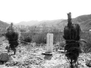 董先生为墓地换了一块新的大理石墓碑。