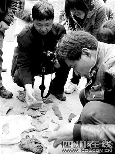 专家研究挖出的陶片