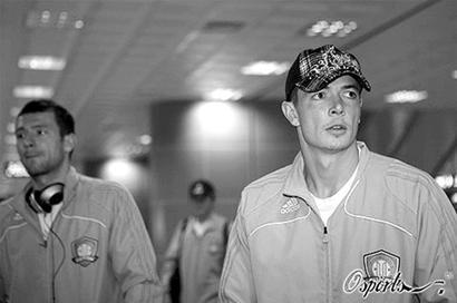北京国安队搭乘OZ315航班飞往釜山,备战与蔚山现代的亚冠联赛.虽