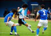 图文:[中超]广州3-1大连 安贞焕带球突破