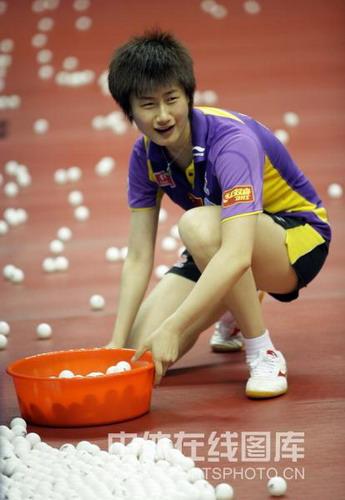 图文:中山备战中国女乒众生相 丁宁捡球