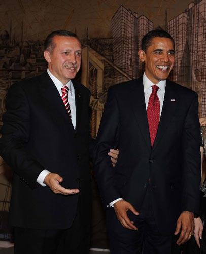 2009年4月6日 美国总统奥巴马访问土耳其 4月6日,在土耳其伊斯坦布尔,土耳其总理埃尔多安(左)陪同美国总统奥巴马参加招待会。奥巴马5日晚抵达安卡拉,开始对土耳其进行为期两天的正式访问。 新华社/阿纳多卢通讯社