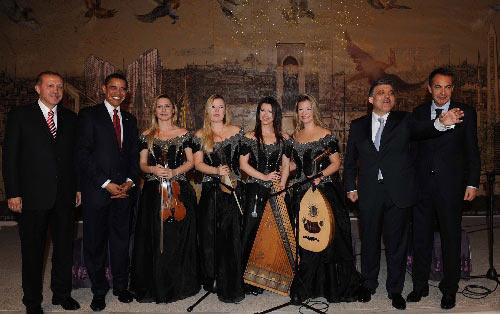2009年4月6日 美国总统奥巴马访问土耳其 4月6日,在土耳其伊斯坦布尔,美国总统奥巴马(左二)、土耳其总理埃尔多安(左一)、土耳其总统居尔(右二)和西班牙首相萨帕特罗(右一)与土耳其演员合影。奥巴马5日晚抵达安卡拉,开始对土耳其进行为期两天的正式访问。 新华社/阿纳多卢通讯社