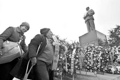 4月5日,韶山毛泽东铜像广场,群众为主席铜像敬献花圈花篮