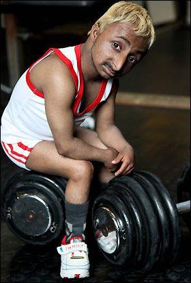 组图:印度9公斤袖珍健美先生 与大力士比肌肉
