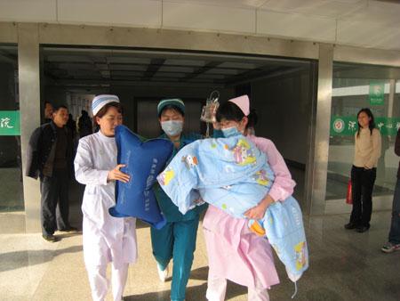 孩子被送进医院