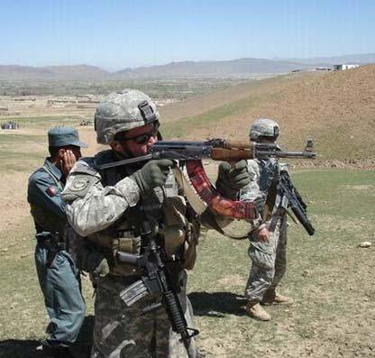 驻阿美军士兵使用AK-47射击,他身后是阿富汗国民军士兵。