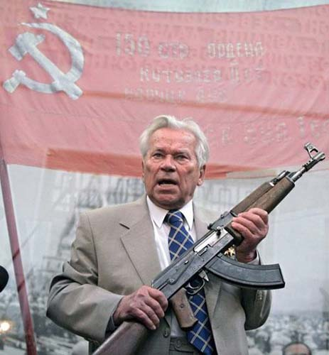 AK-47突击步枪设计师米哈伊尔·卡拉什尼科夫参加AK步枪诞生60年纪念