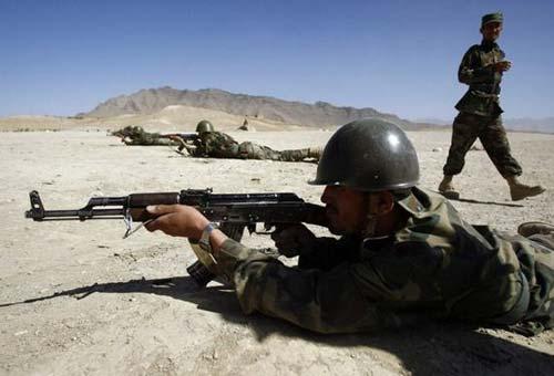 阿富汗新军部队士兵正在使用AK-47步枪进行射击训练