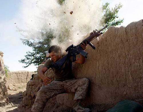 驻阿富汗美军遭到塔利班攻击,该士兵使用的是M16A2自动步枪.