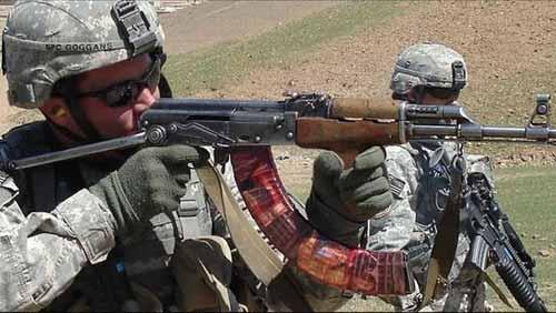 驻阿美军士兵使用AK-47射击,注意其超长弹夹。