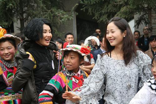 张曼玉、江一燕与孩子们跳舞