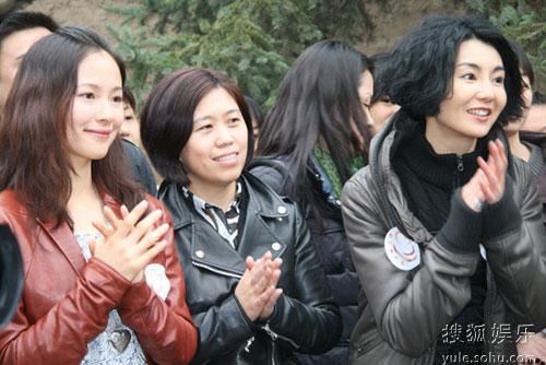 张曼玉与江一燕看孩子们表演节目