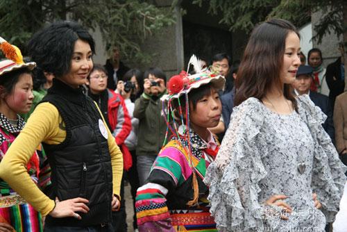 张曼玉、江一燕与孩子们一起跳舞