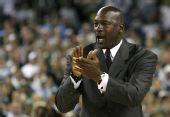 图文:NCAA全美篮球总决赛 乔丹为球员们加油
