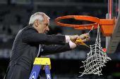图文:NCAA全美篮球总决赛 北卡主帅也剪篮网