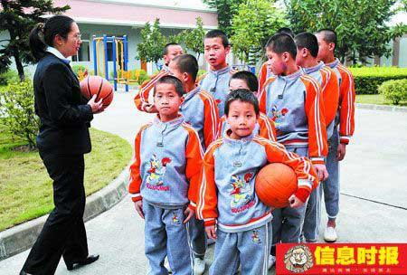 儿保中心工作人员带领孩子们打球。专题摄影  信息时报记者 任传富