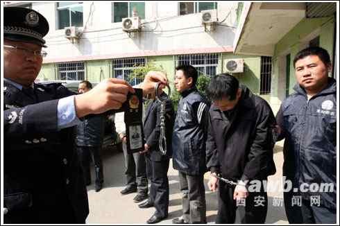 四个冒充警察的嫌疑人被便衣民警抓获,警方出示他们使用的手铐和假警官证。