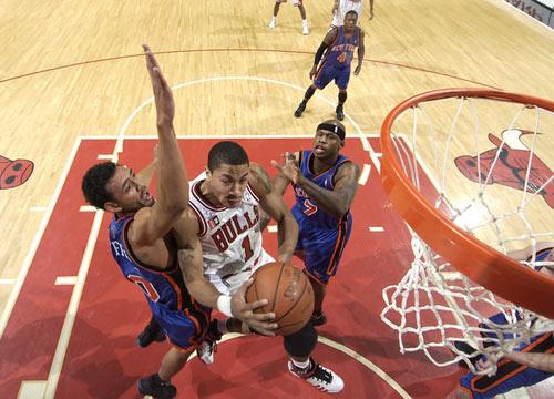 图文:[NBA]公牛击败尼克斯 罗斯篮下进攻