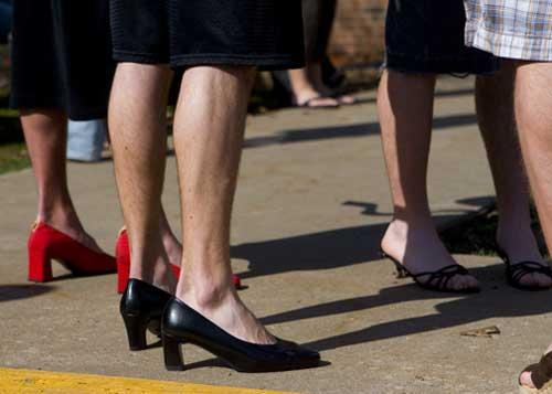男人爱穿女人高跟鞋_男人穿高跟鞋向女性致敬