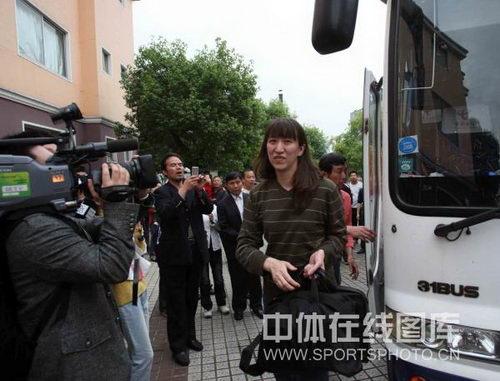 图文:中国女排抵达郴州基地 赖亚文笑对镜头
