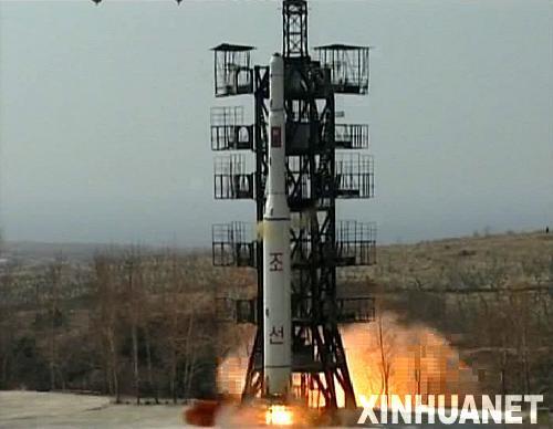 """这张朝鲜中央通讯社4月8日提供的照片显示朝鲜4月5日发射""""光明星2号""""试验通信卫星的情景。新华社/朝中社"""