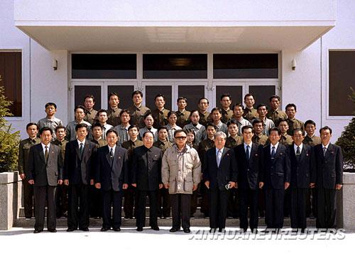 """朝鲜中央通讯社4月6日提供的照片显示,朝鲜最高领导人金正日(前左五)5日在卫星控制综合指挥所与工作人员合影。据朝鲜中央通讯社6日报道,朝鲜最高领导人金正日5日观看了朝鲜发射""""光明星2号""""试验通信卫星的全过程,高度赞扬科技人员取得的成果。新华社/路透"""