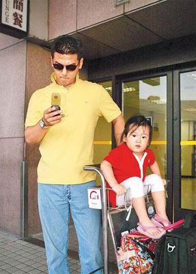 孙志浩(左)和女儿梧桐妹目前在洛杉矶。