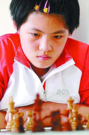 去年国象世锦赛亚军、目前排位世界第三的中国选手侯逸凡在比赛中。