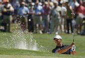 图文:美国大师赛首轮伍兹并列第20 沙坑中救球