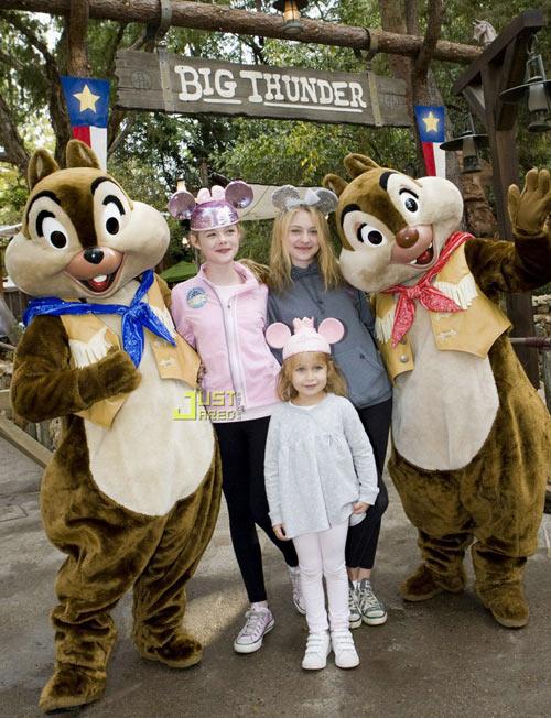 好莱坞著名的童星姐妹达寇塔-范宁和艾拉-范宁一起来到加州阿纳海姆的迪士尼乐园