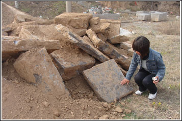 被破坏的墓葬石。