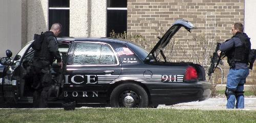 2009年4月10日 美国密歇根州发生校园枪击案致2人死亡 4月10日,两名警察抵达美国密歇根州底特律市西郊亨利·福特社区大学艺术学院楼外。当日,底特律市西郊亨利·福特社区大学校园内发生枪击案,造成2人死亡。据当地媒体报道,一名28岁的男青年持枪闯入该大学艺术学院楼的教室,将一名20岁的女青年杀害,然后开枪自杀,其作案动机不详。 新华社/美联