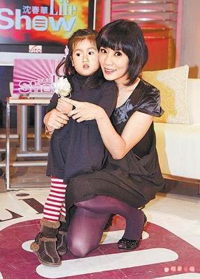 贾静雯与女儿梧桐妹感情深厚