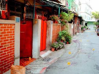 台湾海军士兵曾绍慈、梁伯羽杀死越南女子,被害人死前挣扎逃出,倒在屋外二十公尺处,却被凶嫌拖回去继续砍,地上留有长长血痕,警方沿着血痕摆放搜证的号码牌。(图片来源:台湾《联合报》)