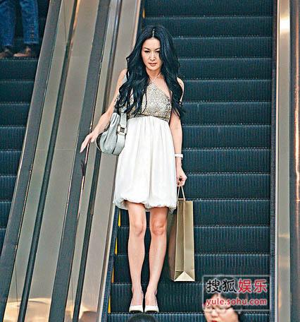 温碧霞穿着大露背的连身短裙到商场