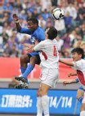 图文:[中超]江苏2-0青岛 争抢头球